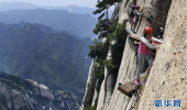 華山長空棧道:勇敢者峭壁上的旅游