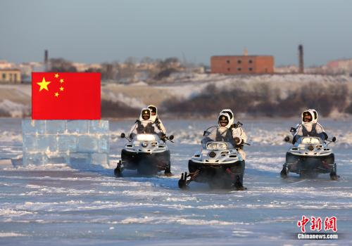 連隊官兵乘摩托雪橇在界江巡邏。供圖