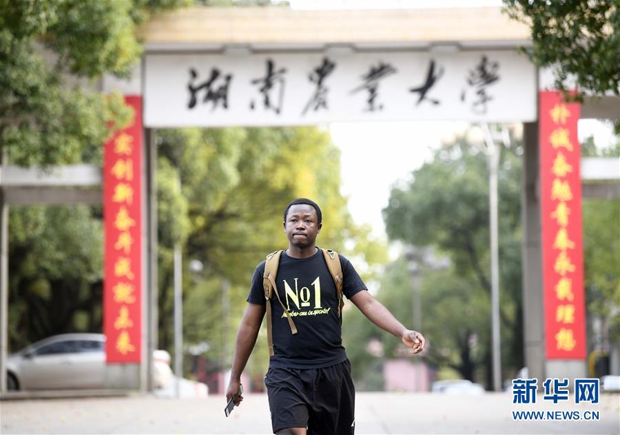 """(在习近平新时代中国特色社会主义思想指引下——新时代新作为新篇章·总书记关切开放事·图文互动)(9)来中国""""学种地""""的""""洋学生"""""""