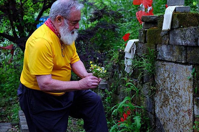 比尔波特拜访诗人墓(采访对象提供)a